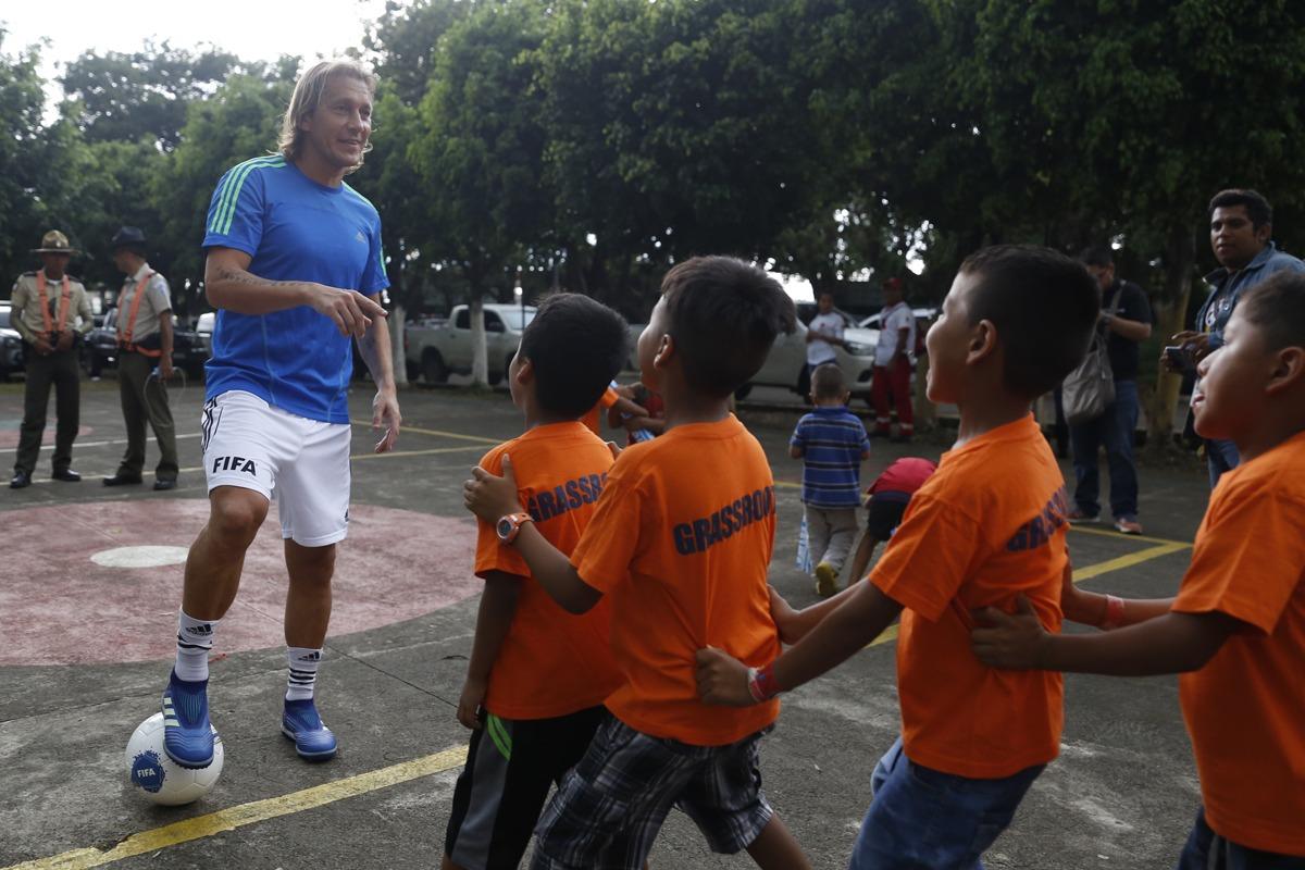Michel Salgado visita albergue en Escuintla