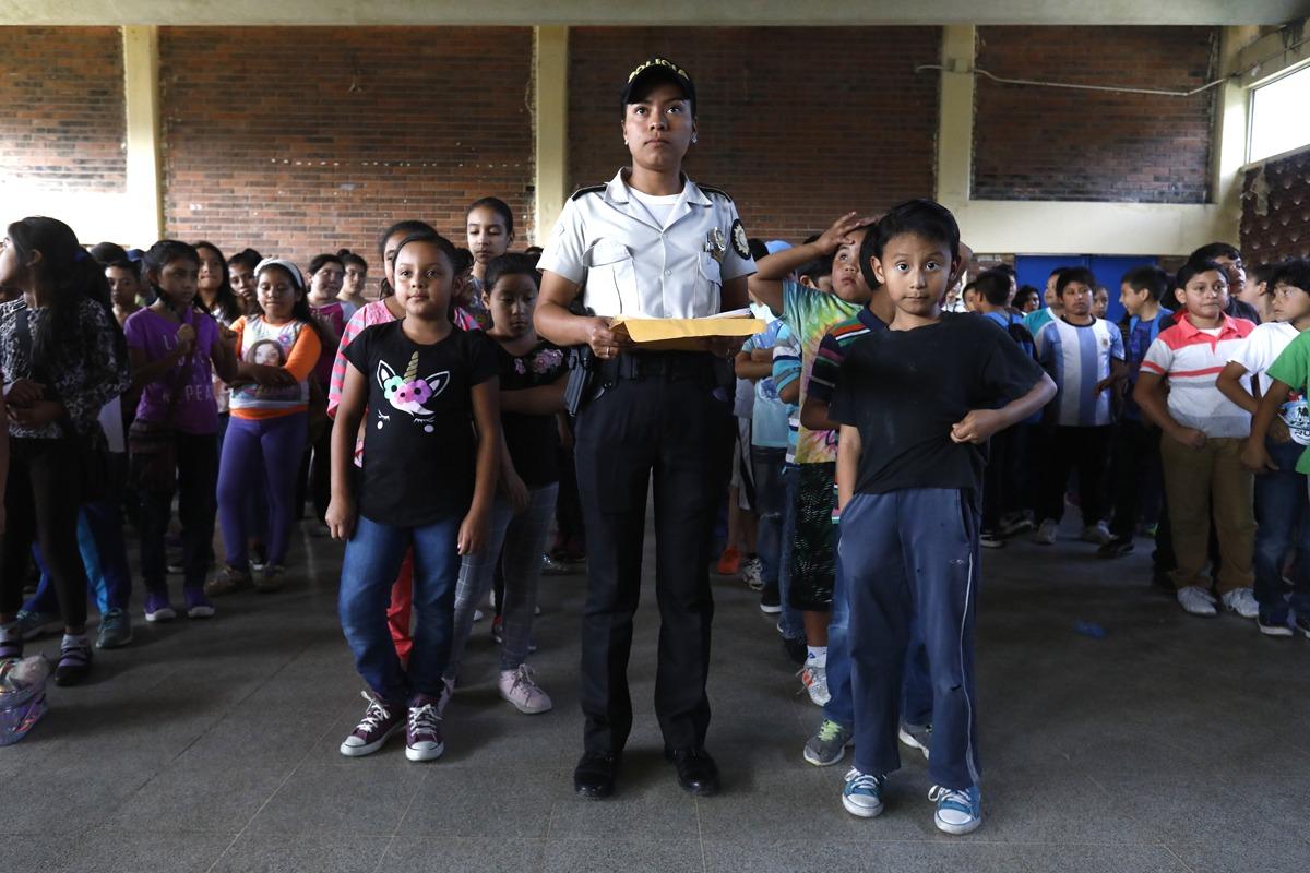 Inauguran escuela policial de vacaciones para niños.