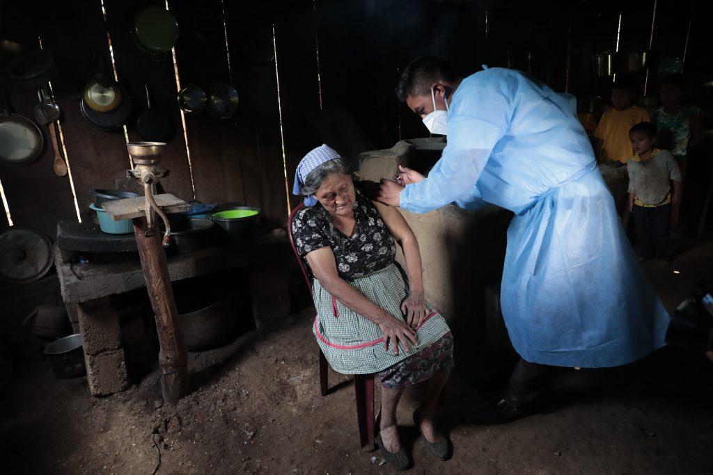 Personal de salud de Mataquescuintla, Jalapa, recorren varios kil—metros a pie o en motocicleta para llevar la vacuna contra el Covid-19, a las viviendas de los adultos mayores.